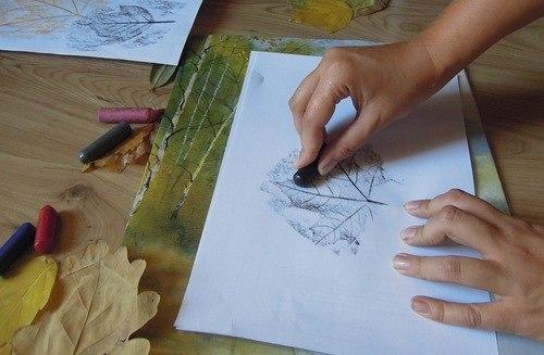 рисуем осенние листья восковыми мелками